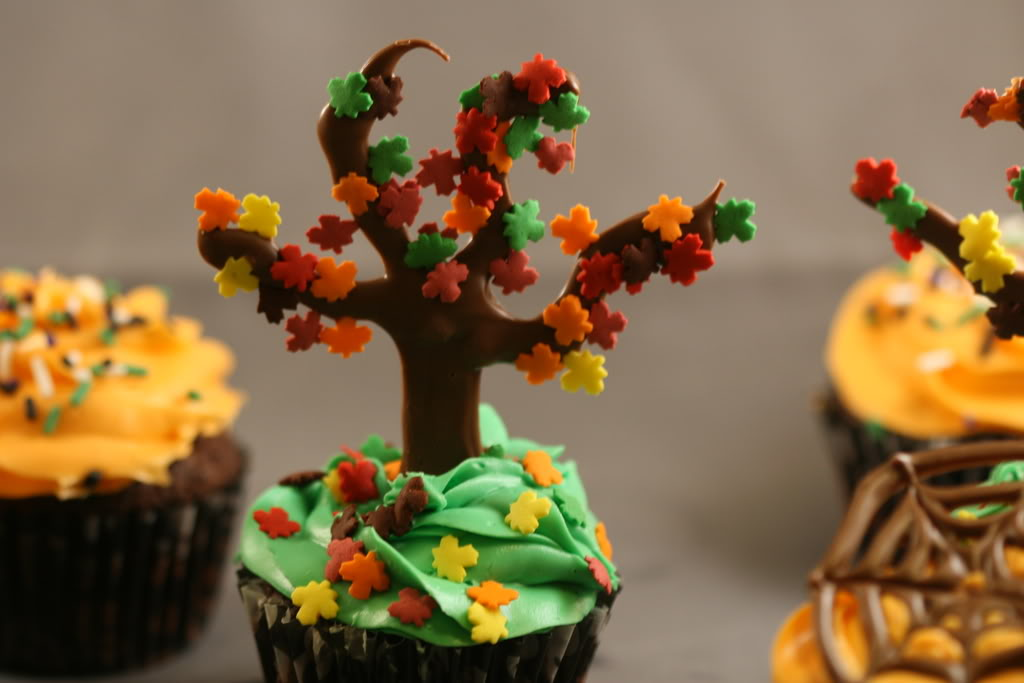 Fall Themed Cupcake Ideas http://partycupcakeideas.com/25-fabulous-autumn-fall-cupcakes/cupcake-trees/